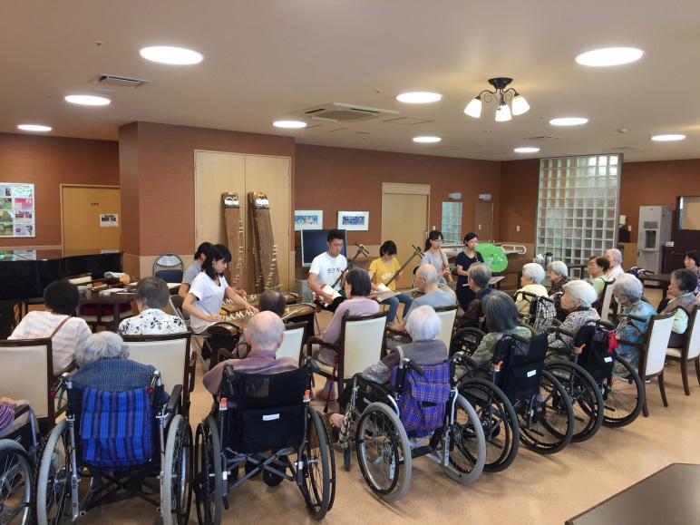 老人ホームにおける邦楽レクレーション(邦楽サークル所属の大学生による演奏支援)